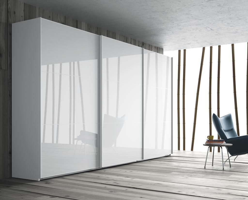 Armario de tres puertas correderas en color Blanco Brillo