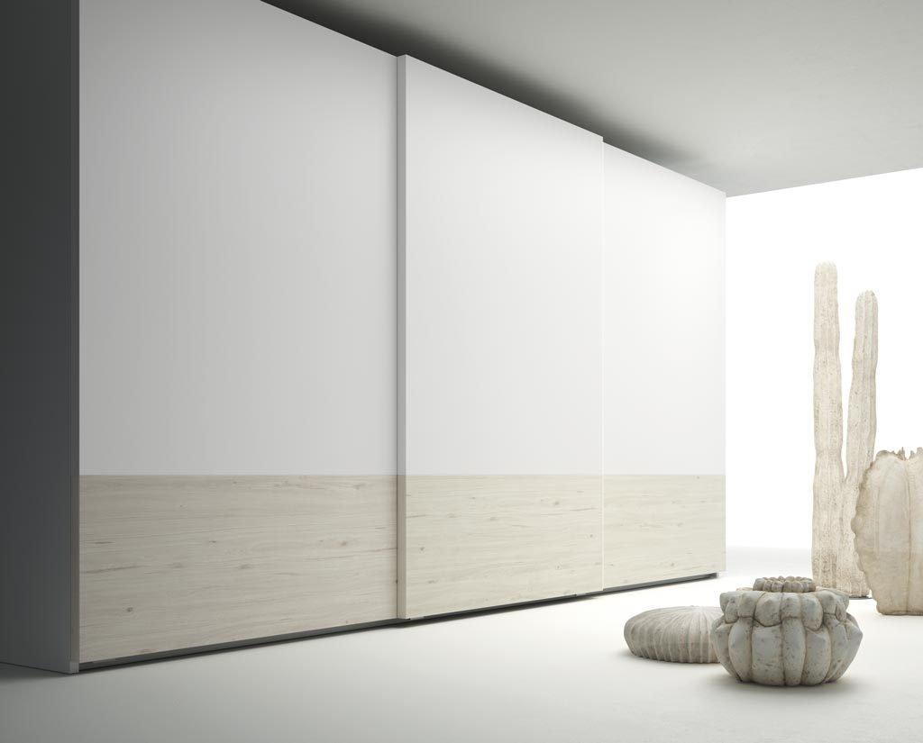Armario de tres puertas correderas que combina los colores Abeto y Blanco