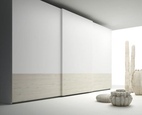 Wardrobe with three sliding doors that combines the colours Abeto and Blanco