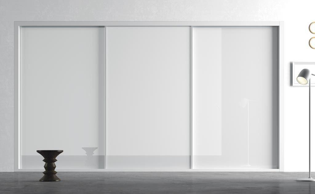 Armario de tres puertas correderas empotrado en color Blanco Brillo