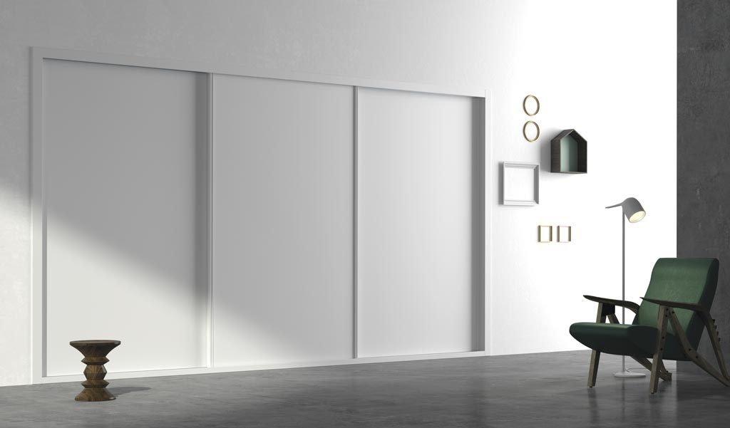 Armario de tres puertas correderas empotrado en color Blanco