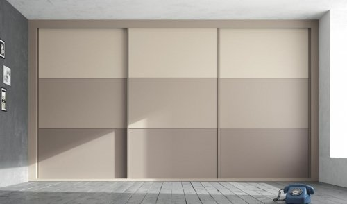 Wardrobe with three doors that are fitted from top to bottom of the room
