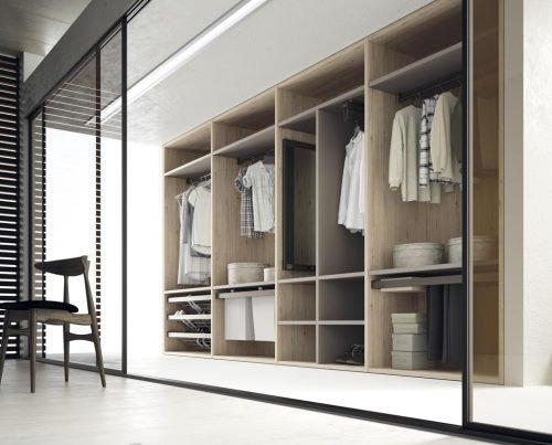 Open walk-in wardrobe that combines the colours Nórdico and Angora
