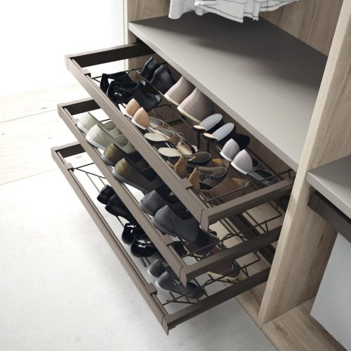 Detail of the extractable shoe rack to keep all your shoes organised within your wardrobe